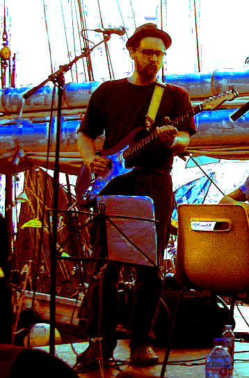 gímaldin playing with the Poisson Rouge in Paimpol