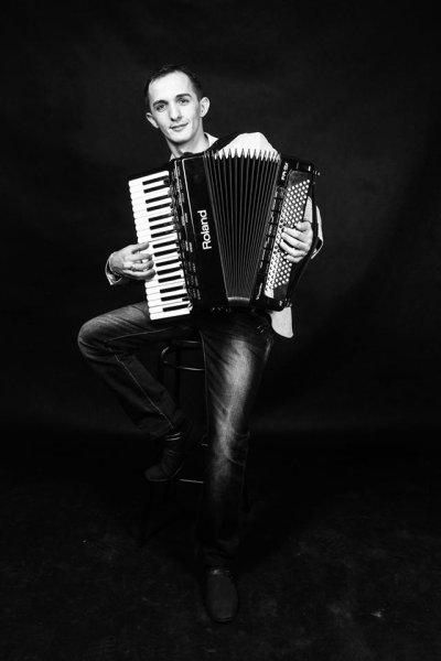 Parno Graszt- Krisztián Oláh ( vocal, accordion)